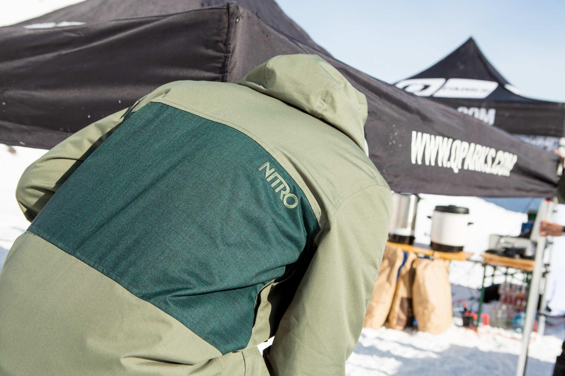 Die Eventcrew beim Aufstellen der QParks-Zelte.
